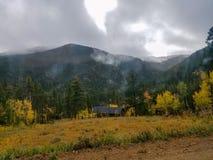 Cabine in de bergen in de herfst stock fotografie