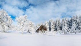 Cabine in de bergen in de winter Geheimzinnige mist In afwachting van vakantie carpathians De Oekraïne, Europa Stock Afbeeldingen