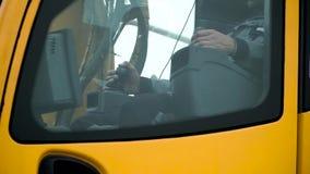 Cabine de conducteurs d'une grue jaune travaillant à un chantier de construction clip Travaillez le conducteur du bras de grue da banque de vidéos