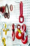Cabine de démonstration avec de grands crochets rouges et jaunes photographie stock libre de droits
