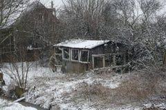 Cabine de deterioração em uma paisagem invernal fotografia de stock