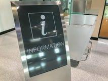 Cabine de l'information à un aéroport Photographie stock libre de droits