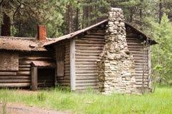 Cabine de log abandonnée dans les bois image stock