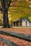 Cabine de logarithme naturel de la Virginie en automne Photographie stock libre de droits