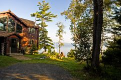 Cabine de logarithme naturel de luxe sur un lac Image libre de droits