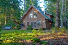 Cabine de logarithme naturel mignonne dans la forêt Image libre de droits