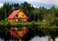 Cabine de logarithme naturel sur un lac Photographie stock libre de droits