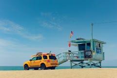 Cabine de maître nageur en LA de plage de Venise images stock