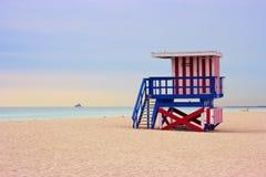 Cabine de maître nageur sur Miami Beach, la Floride, Etats-Unis. Photos stock