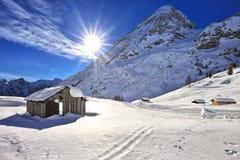 A cabine de madeira da montanha entra as dolomites, Passo Fedaia Fotos de Stock Royalty Free