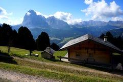 Cabine de madeira no cume nas montanhas cênicos e distintivas do fundo da dolomite Fotos de Stock