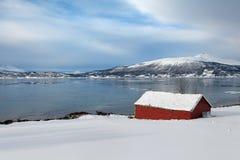 Cabine de madeira vermelha em Noruega do norte Fotos de Stock Royalty Free