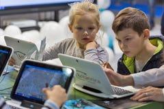 Cabine de Microsoft da visita das crianças durante ECO 2017 em Kiev, Ucrânia Fotografia de Stock