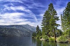 Cabine de pedra velha em um lago fotos de stock royalty free