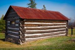 Cabine de registro muito pequena, velha com o telhado oxidado do estanho fotografia de stock