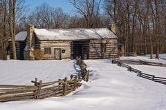 Cabine de registro nevado no nascer do sol Fotografia de Stock Royalty Free