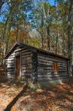 Cabine de registro rústica nas madeiras Fotografia de Stock