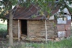 Cabine de rondin de décomposition à l'ouest de Fort Worth dans le tolar le Texas image stock