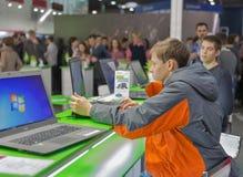 Cabine de société d'Acer à l'ECO 2015, le plus grand salon commercial de l'électronique en Ukraine Photo stock