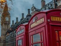 Cabine de téléphone britannique avec Big Ben à l'arrière-plan - 6 Image stock