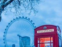 Cabine de téléphone britannique sur la Tamise - 2 Photos libres de droits