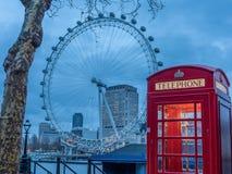 Cabine de téléphone britannique sur la Tamise - 3 Photo libre de droits