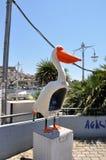 Cabine de téléphone de pélican dans le port de Kavala Image stock