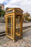 Cabine de téléphone jaune photos libres de droits