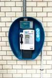 Cabine de téléphone payant de cru image stock