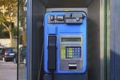 Cabine de téléphone public dans la ville Malaga de l'Espagne images stock