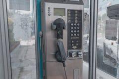 Cabine de telefone, abandonada e destruída em Tailândia imagens de stock