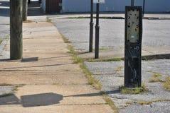 Cabine de telefone abandonada na rua urbana foto de stock royalty free