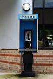 Cabine de telefone azul velha fotografia de stock
