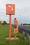 Cabine de telefone da emergência SOS na maneira do pedágio, maneira expressa, estrada Fotografia de Stock