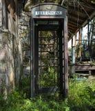 Cabine de telefone do abandono imagem de stock