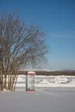 Cabine de telefone em uma paisagem congelada Fotos de Stock Royalty Free