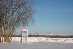 Cabine de telefone em uma paisagem congelada Foto de Stock