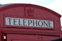 Cabine de telefone inglesa vermelha do vintage com coroa fotos de stock