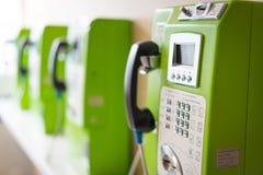 Cabine de telefone público verde no hospital Imagem de Stock