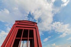 Cabine de telefone vermelha e céu azul imagens de stock royalty free