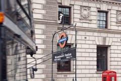 Cabine de telefone vermelha em Londres fotos de stock royalty free
