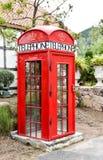 Cabine de telefone vermelha de Londres em um jardim foto de stock royalty free