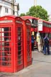 Cabine de telefone vermelha na rua na cidade, Londres, Reino Unido Imagem de Stock Royalty Free