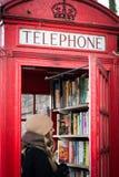 A cabine de telefone vermelha velha usou-se como uma biblioteca em Lewisham Londres, 2017 imagem de stock royalty free