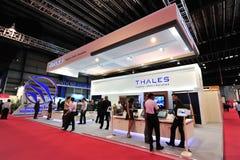 Cabine de Thales que apresenta seus eletrônica e sistemas aeroespaciais em Singapura Airshow imagens de stock