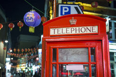 Cabine de téléphone rouge dans Chinatown Photographie stock libre de droits