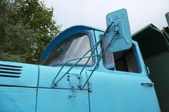 Cabine de um caminhão soviético velho com um espelho fotografia de stock royalty free