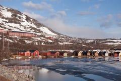 Cabine della riva del lago con il contesto della montagna Fotografia Stock Libera da Diritti