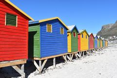 Cabine di bagno variopinte sulla spiaggia in Muizenberg a Cape Town, Sudafrica fotografia stock