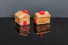 Cabine di ceppo ceramiche agitatori di pepe e di sale immagini stock